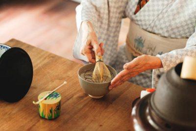 Mani sulla tazza del tè